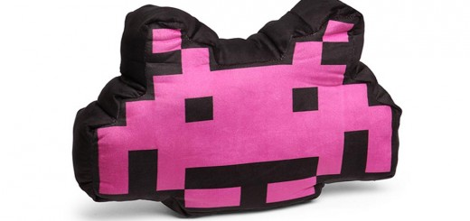coussin space invaders alien crab coussin thinkgeek